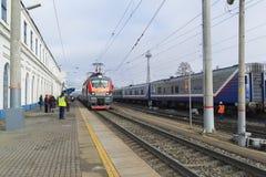 Vladimir, Russia - 11 novembre 2016 Il treno arriva alla stazione Fotografie Stock