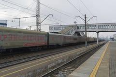 Vladimir, Russie - 11 novembre 2016 Le train arrive à la station Photographie stock