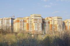 Vladimir Ryssland April 22, 2019 Vladimir 15 Mira Street, sikt av det bostads- komplexet från bron royaltyfri fotografi