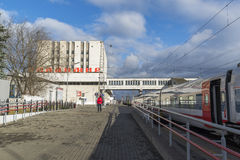 VLADIMIR RYSSLAND -05 11 2015 Byggnaden av järnvägsstationen och långdistans- drev Royaltyfria Bilder