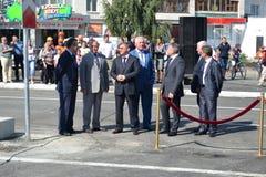 Vladimir Yakushev på den officiella öppningen av en ny trafikgenomskärning på Melnikayte St., Tyumen. Royaltyfri Fotografi