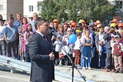 Vladimir Yakushev på den officiella öppningen av en ny trafikgenomskärning på Melnikayte St., Tyumen. Royaltyfri Bild