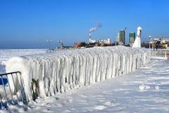 Vladivostok, baia dell'Amur, accumulazione di ghiaccio singolare su passeggiata sopra la spiaggia Yubileyny fotografia stock
