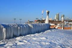 Vladivostok, baia dell'Amur, accumulazione di ghiaccio singolare sul lungomare fotografie stock libere da diritti