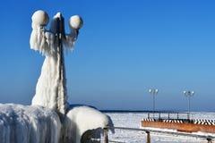 Vladivostok, baia dell'Amur, accumulazione di ghiaccio singolare sul lungomare fotografia stock