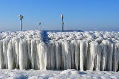 Vladivostok, baia dell'Amur, accumulazione di ghiaccio singolare sul lungomare fotografia stock libera da diritti