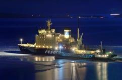 Vladivostok, icebreaker Kapitein Khlebnikov bij nacht stock afbeelding