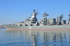 Vladivostok, octobre, 05, 2015 Le navire amiral de la flotte du Pacifique garde le croiseur Varyag de missile Photos stock
