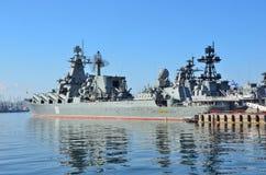Vladivostok, octobre, 05, 2015 Le navire amiral de la flotte du Pacifique garde le croiseur Varyag de missile Images stock