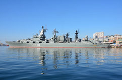 Vladivostok, octobre, 05, 2015 Le navire amiral de la flotte du Pacifique garde le croiseur Varyag de missile Image stock