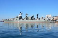 Vladivostok, octobre, 05, 2015 Le navire amiral de la flotte du Pacifique garde le croiseur Varyag de missile Image libre de droits