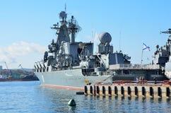 Vladivostok, octobre, 05, 2015 Le navire amiral de la flotte du Pacifique garde le croiseur Varyag de missile dans le port de Vla Photo libre de droits