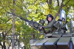 Vladivostok, octubre, 05, 2015 Un soldado de las fuerzas armadas de arma de la Federación Rusa con una ametralladora pesada Imagen de archivo