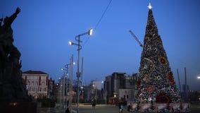 Vladivostok på helgdagsaftonen av det nya året 2018 Den centrala fyrkanten av staden av Vladivostok med en julgranuppklädd Vladi lager videofilmer