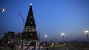 Vladivostok på helgdagsaftonen av det nya året 2018 Den centrala fyrkanten av staden av Vladivostok med en julgranuppklädd Vladi arkivfilmer