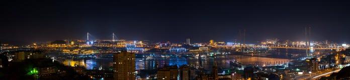 Vladivostok pejzaż miejski, noc widok. fotografia stock
