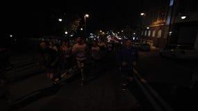 Vladivostok, Primorsky Krai - de Looppas van de Ochtendstad van Vladivostok-Atleten op de Centrale Straten van de Stad stock video