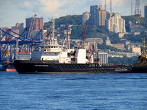 Vladivostok, Primorsky kray/Russie - 8 septembre 2018 : Remorqueur Alexandr Piskunov dans le port de Vladivostok photos stock