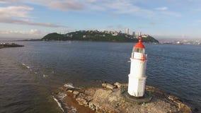 Vladivostok, Rússia 3 de novembro de 2018: Vista aérea do cabo Egersheld e de um farol branco video estoque