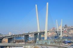 Vladivostok, Rússia, janeiro, 09, 2015 Os carros na ponte através do chifre dourado latem em Vladivostok Foto de Stock Royalty Free