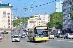 Vladivostok, Rússia, junho, 03, 2016 rota de ônibus municipal 98 D na rua Svetlanskaya no dia de verão Imagens de Stock Royalty Free