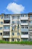 Vladivostok, Rússia, junho, 01, 2016 Trabalho do reparo e da restauração de uma construção típica de cinco andares Fotografia de Stock Royalty Free