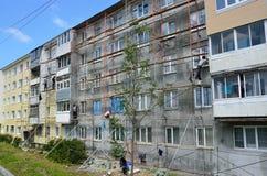 Vladivostok, Rússia, junho, 01, 2016 Trabalho do reparo e da restauração de uma construção típica de cinco andares Foto de Stock