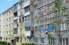 Vladivostok, Rússia, junho, 01, 2016 Trabalho do reparo e da restauração de uma construção típica de cinco andares Imagens de Stock Royalty Free
