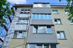 Vladivostok, Rússia, junho, 01, 2016 Trabalho do reparo e da restauração de uma construção típica de cinco andares Fotografia de Stock