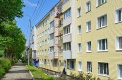 Vladivostok, Rússia, junho, 01, 2016 Trabalho do reparo e da restauração de uma construção típica de cinco andares Foto de Stock Royalty Free
