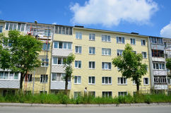 Vladivostok, Rússia, junho, 01, 2016 Trabalho do reparo e da restauração de uma construção típica de cinco andares Fotos de Stock Royalty Free