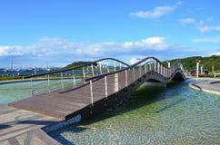 Vladivostok, Rússia, setembro, 14, 2017 Ponte de madeira no parque no território do ele Oceanarium na ilha Russkiy em Vl foto de stock