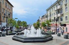Vladivostok, Rosja, Czerwiec, 01, 2016 Ludzie chodzi na ulicie Admiral Fokin Fotografia Royalty Free