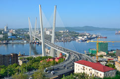 Vladivostok, Rosja, Czerwiec, 01, 2016 Most przez Złotą róg zatokę w Vladivostok w słonecznym dniu Obraz Stock