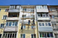 Vladivostok, Rosja, Czerwiec, 01, 2016 Naprawy i przywrócenia praca typowy pięć kondygnacj budynek Zdjęcia Stock