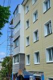 Vladivostok, Rosja, Czerwiec, 01, 2016 Naprawy i przywrócenia praca typowy pięć kondygnacj budynek Zdjęcie Royalty Free