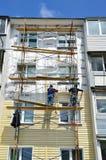 Vladivostok, Rosja, Czerwiec, 01, 2016 Naprawy i przywrócenia praca typowy pięć kondygnacj budynek Zdjęcia Royalty Free