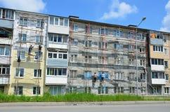 Vladivostok, Rosja, Czerwiec, 01, 2016 Naprawy i przywrócenia praca typowy pięć kondygnacj budynek Fotografia Stock