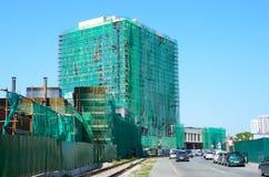 Vladivostok, Rosja, Czerwiec, 03, 2016 Samochody są blisko Niedokończonego - wielofunkcyjny hotelowy powikłany biznesowy typ, ` H Zdjęcia Royalty Free
