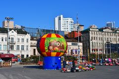 Vladivostok, Rosja, Grudzień, 30, 2018 Dziecko rozrywka na kwadracie wojownicy dla władzy sowieci w Vladiv obraz royalty free