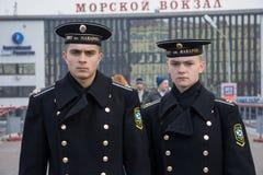 Vladivostok, Rosja - około Październik 2006: Rosyjscy marynarka wojenna kadeci, praktykanci w mundurze w Vladivostok, Rosja obrazy royalty free