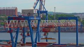 VLADIVOSTOK, RUSIA - 24 DE AGOSTO DE 2018: Puerto comercial, cargamento y descarga Envases del movimiento de las grúas metrajes
