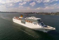 Vladivostok, Rusia - 30 de mayo de 2017: El barco de cruceros blanco Costa NeoRomantica se está moviendo a lo largo del estrecho  Fotos de archivo libres de regalías