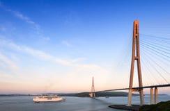 Vladivostok, Rusia - 30 de mayo de 2017: El barco de cruceros blanco Costa NeoRomantica pasa debajo del puente ruso Imagen de archivo libre de regalías