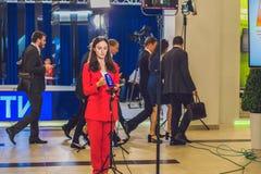 Vladivostok, Rusia - 7 de septiembre de 2017: Periodista ruso que se prepara para la difusión imagenes de archivo