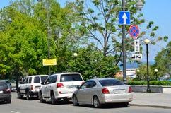 Vladivostok, Rusia, junio, 03, 2016 los coches no parquearon bajo muestra que prohibía ninguna parada en la calle de Svetlanskaya Foto de archivo libre de regalías
