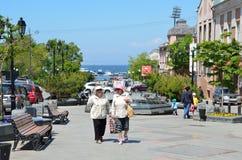 Vladivostok, Rusia, junio, 01, 2016 Mujeres mayores que caminan en la calle de almirante Fokin en verano Foto de archivo