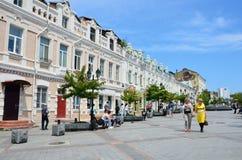 Vladivostok, Rusia, junio, 01, 2016 Mujeres que caminan en la calle de almirante Fokin en verano Imágenes de archivo libres de regalías