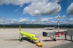 Vladivostok, Rusland - circa September 2015: Het vliegtuig komt aan de poort in de belangrijkste luchthaven aan Stock Foto's