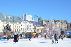 Vladivostok, Rusland die, 6 Januari, 2015, Mensen op het vierkant van de Vechters van de revolutie in Vladivostok in de winter lo royalty-vrije stock afbeeldingen